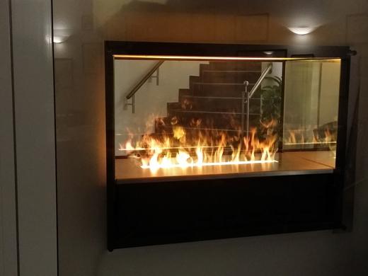 effektfeuer tunnel in der zwischenwand mit wasserdampf flammen referenzen im privaten bereich. Black Bedroom Furniture Sets. Home Design Ideas